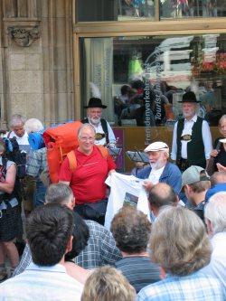 Der Wanderer der die weiteste Anreise zum Treffen am Marienplatz hat, wird erfragt. Als Souvenir bekommt er von Ludwig Graßler ein Venedig T-Shirt.