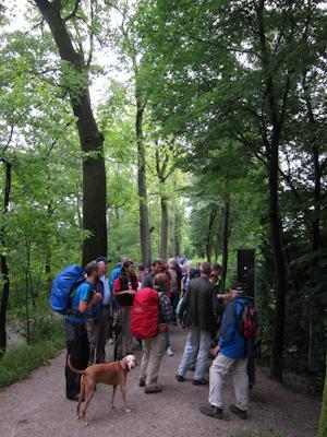 Wandergruppe an der Isar.