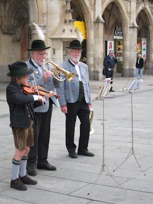 Das ist schon Tradition: Blasmusik zum Auftakt.