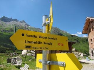 Wegweise auf der Lizumer Hütte.