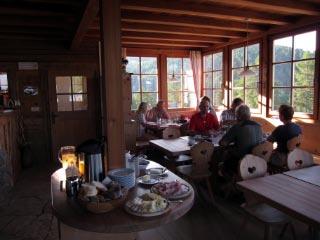 Venedigwanderer beim Frühstück auf der Kreuzwiesenhütte